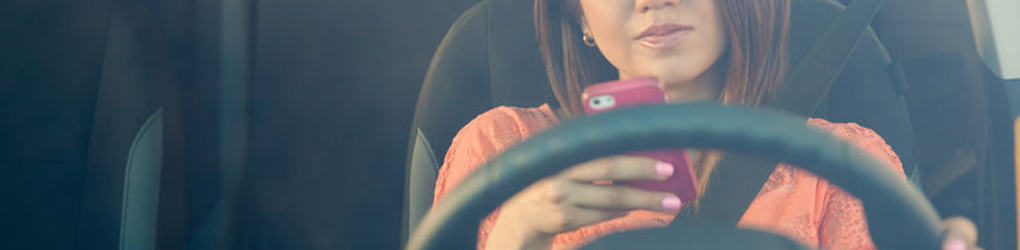 woman driving and texting